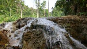 caída del agua de la naturaleza 4K en Kanchanaburi Tailandia con el sonido ambiente almacen de video