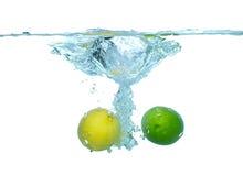 caída del agua de los limones Foto de archivo