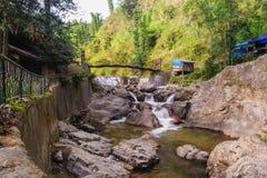 Caída del agua de Tien Sa del bridgeover de la cuerda en Sapa, Vietnam Foto de archivo