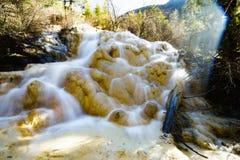 Caída del agua en el valle Jiuzhaigou con la retención mineral Fotografía de archivo