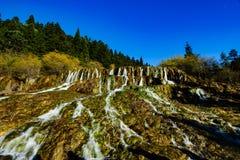 Caída del agua en el valle Jiuzhaigou con la retención mineral imagen de archivo