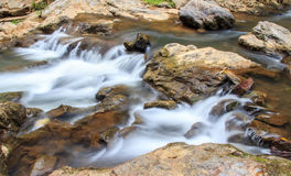 Caída del agua en la naturaleza Imagen de archivo libre de regalías