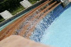 Caída del agua en la piscina Imagen de archivo libre de regalías