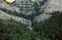 Caída del agua en las montañas de la cascada Fotos de archivo libres de regalías