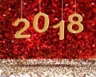Caída del color oro de la representación 3d del Año Nuevo 2018 en el rojo de la perspectiva Imagen de archivo libre de regalías