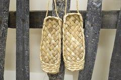 Caída del lacovia de los zapatos en la cerca Fotografía de archivo libre de regalías