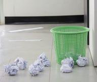 Caída del papel de la basura foto de archivo
