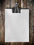 Caída del papel de nota en el panel de madera Fotos de archivo libres de regalías