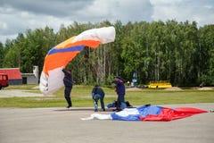 Caída desafortunada del aterrizaje del paracaídas Rusia imagen de archivo