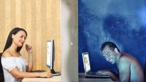 Caída en amor en línea imagen de archivo libre de regalías