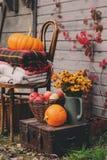 Caída en la casa de campo Decoraciones estacionales con las calabazas, las manzanas frescas y las flores Autumn Harvest Fotografía de archivo