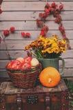 Caída en la casa de campo Decoraciones estacionales con las calabazas, las manzanas frescas y las flores Autumn Harvest Fotos de archivo libres de regalías
