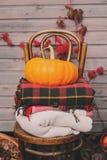 Caída en la casa de campo Decoraciones estacionales con las calabazas, las manzanas frescas y las flores Autumn Harvest Imagen de archivo libre de regalías