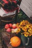 Caída en la casa de campo Decoraciones estacionales con las calabazas, las manzanas frescas y las flores Autumn Harvest Foto de archivo