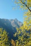 Caída en montañas imagenes de archivo