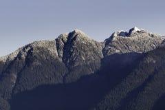 Caída fresca de la nieve en las montañas del norte de la orilla en Vancouver, Canadá foto de archivo
