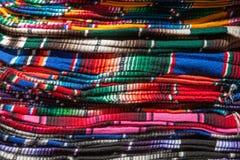 Caída mexicana colorida de los serapes en fila Foto de archivo libre de regalías