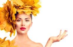 Caída Muchacha modelo de la belleza con el peinado brillante de las hojas del otoño fotografía de archivo