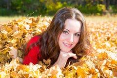 Caída Retrato de la mujer joven hermosa en parque del otoño imagenes de archivo