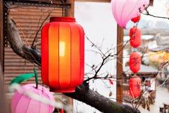 Caída roja de la linterna en la azotea Fotos de archivo