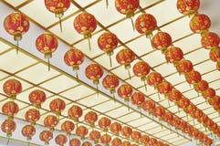Caída roja de la linterna en techo Fotografía de archivo