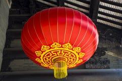 Caída roja de las linternas en el templo ancestral Imagen de archivo libre de regalías