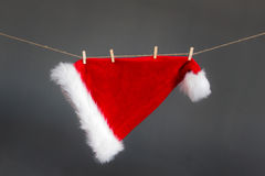 Caída roja del sombrero de la Navidad en cuerda Imagen de archivo
