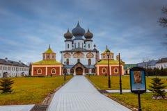Caída 2018, un ortodoxo ruso, Tihvin, región de St Petersburg, Rusia del monasterio de la suposición de Tikhvin fotografía de archivo libre de regalías