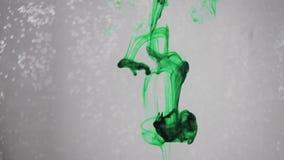 Caída verde oscuro del líquido almacen de video