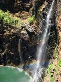 Caída y arco iris del agua bajo luz del sol fotos de archivo libres de regalías