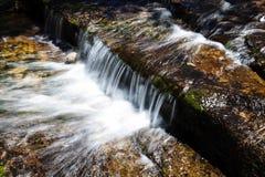 Caída Yosemite California del agua de la corriente de la montaña pequeña Imagenes de archivo