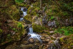 Caídas de la cascada sobre rocas cubiertas de musgo en Myrafalle, cerca de Muggendorf en una Austria más baja fotografía de archivo libre de regalías