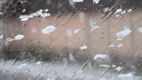 Caídas de la nieve fuera de la ventanilla del coche Descensos sobre el vidrio almacen de video