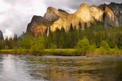 Caídas de las montañas del valle de Yosemite, parques nacionales de los E.E.U.U. imágenes de archivo libres de regalías