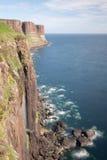 Caídas de Mealt y roca de la falda escocesa Imagen de archivo libre de regalías