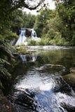 Caídas del agua de Aniwaniwa - lago Waikaremoana imagenes de archivo