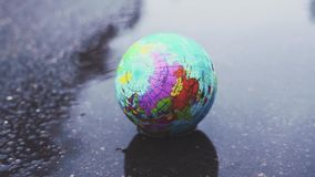 Caídas hermosas de la tierra del planeta en un charco fangoso Concepto en aspectos medioambientales Problemas del desarrollo sost almacen de metraje de vídeo