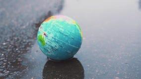 Caídas hermosas de la tierra del planeta en un charco fangoso Concepto en aspectos medioambientales Problemas del desarrollo sost metrajes
