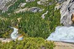 Caídas vernales en la opinión de parque nacional de Yosemite del top con las rocas y el valle del arco iris fotos de archivo libres de regalías