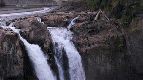 Caídas y cascada de Snoqualmie en su top rocoso almacen de metraje de vídeo