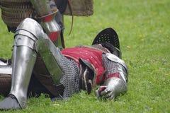 Caído na batalha, um cavaleiro vestiu-se na armadura Foto de Stock
