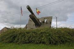 Cañón al lado del monumento en memoria de la 82.a división aerotransportada en Werbomont Foto de archivo libre de regalías