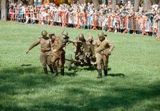 Cañón de la artillería de la rueda de los soldados Foto de archivo libre de regalías