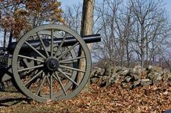 Cañón de la guerra civil detrás de la pared de piedra Imagenes de archivo