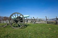 Cañón de la guerra civil en campo de batalla con la cerca Imagen de archivo