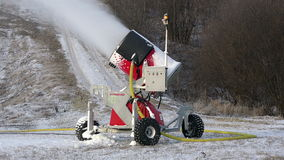 Cañón de la nieve como dispositivo para la producción de bocas de espray artificiales de la nieve para crear diapositivas almacen de video