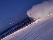 Cañón de la nieve del trabajo en la ladera imagen de archivo libre de regalías