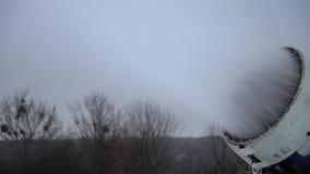 Cañón de la nieve que hace nieve en la estación de esquí almacen de video