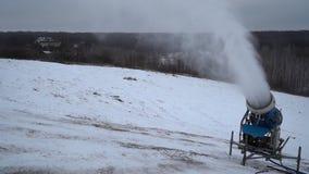 Cañón de la nieve que hace nieve en la estación de esquí almacen de metraje de vídeo