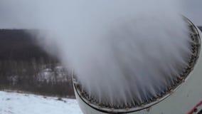 Cañón de la nieve que hace nieve en la estación de esquí metrajes